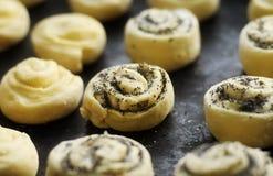 与鸦片的甜小圆面包在烤板 库存图片