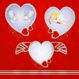 与鸽子和丘比特的金黄心脏框架 免版税库存照片