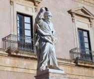 与鸽子的巴勒莫的雕象 免版税库存图片