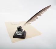 与鹅纤管的墨水罐在信笺纸 免版税库存图片