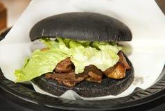 与鹅肝的黑汉堡 库存照片