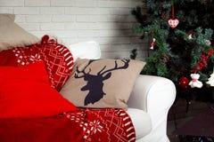 与鹿印刷品的圣诞节背景在枕头 免版税图库摄影
