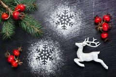 与鹿和雪花的圣诞节欢乐背景 免版税库存图片
