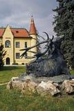 与鹿的雕象的狩猎大别墅 库存图片