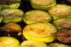 与麝香草、柠檬味和大蒜的加法的烤夏南瓜 免版税库存照片