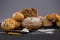 与麦子五谷和面粉的面包大面包 免版税库存照片
