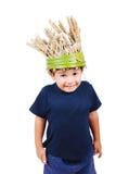 与麦子帽子的一个小逗人喜爱的孩子 库存照片
