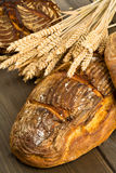 与麦子耳朵的手工制造面包大面包 免版税图库摄影
