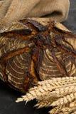 与麦子耳朵的手工制造面包大面包 免版税库存照片