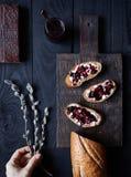 与黄油和黑莓果冻的面包 库存图片