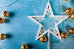 与黄灯的白色圣诞节星在蓝色背景 库存图片