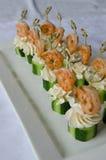 与黄瓜和乳脂干酪串的辣虾在板材服务 承办酒席服务 免版税库存图片