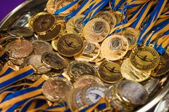 与黄色丝带在一个银色盘子,冠军奖,体育成就,第一个地方,胜利的奖的很多金牌 图库摄影