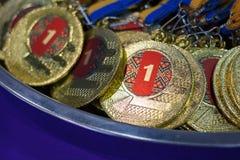 与黄色丝带在一个银色盘子,冠军奖,体育成就,第一个地方, wi的奖的很多金牌 图库摄影