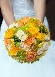 与黄色和橙色玫瑰的婚礼花束 免版税库存照片