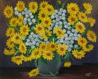 与黄色和白花的花束在花瓶 免版税图库摄影