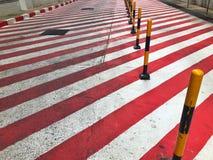 与黄色和黑岗位的红色和白色标志禁止停车区域的 免版税库存照片