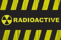 与黄色和黑条纹的放射性警报信号 库存照片