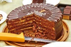 与黄色层数的巧克力蛋糕在生日 库存照片