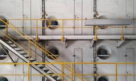 与黄色扶手栏杆的步行方式在造纸机的边 免版税库存照片