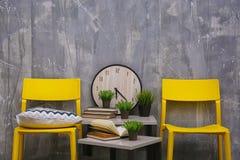 与黄色椅子和一点桌的现代室内设计 免版税库存照片