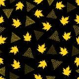 与黄色槭树叶子和三角的无缝的样式在b 图库摄影