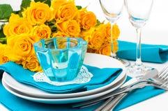 与黄色玫瑰的表设置 免版税库存照片