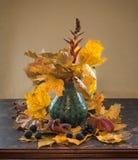 与黄色的秋天静物画在花瓶离开 库存照片