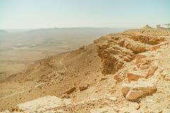 与黄色石头和山的Neqev沙漠风景 免版税库存照片