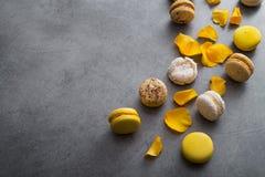 与黄色花的蛋白杏仁饼干蛋糕上升了 免版税图库摄影