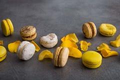 与黄色花的蛋白杏仁饼干蛋糕上升了 免版税库存图片