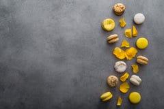 与黄色花的蛋白杏仁饼干蛋糕上升了 免版税库存照片