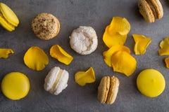 与黄色花的蛋白杏仁饼干蛋糕上升了 库存照片