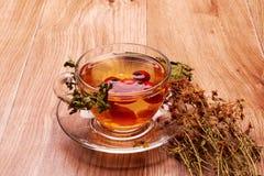 与黄色草的茶 免版税图库摄影