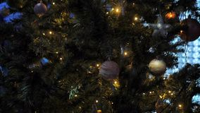 与黄色闪光灯的圣诞树  影视素材