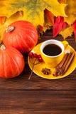 与黄色,红色叶子、南瓜、咖啡和guelder的秋天垂直的横幅在棕色木背景上升了 免版税库存照片