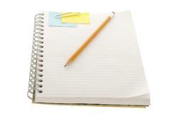 与黏着性便条纸夹子和铅笔的笔记本 免版税库存图片