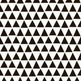 与黑三角的无缝的几何样式在一个手拉的样式 图库摄影