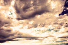 与黑暗的云彩和太阳光的天空 库存图片
