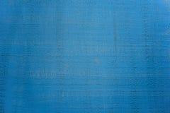 与黑暗的条纹的葡萄酒抽象膏药墙壁蓝色背景 免版税库存照片