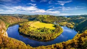 与黑暗的水和秋天五颜六色的森林Horsesh的河峡谷 库存图片