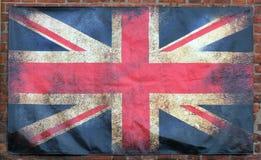 与黑暗的被弄皱的边缘的老被弄脏的肮脏的英国国旗英国旗子在砖墙背景 向量例证