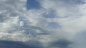 与黑暗的风雨如磐的云彩的自然本底在雨前 蓝色盐水湖海滩, Kassiopi,科孚岛海岛,希腊 股票视频