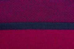 与黑条纹的红色织品纹理在衣裳 免版税库存图片