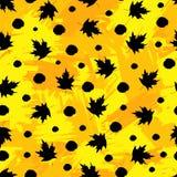 与黑槭树叶子和小点的无缝的样式在colorfu 库存图片