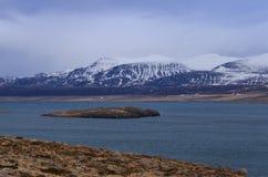 与黑沙子和巨大的熔岩岩石的大西洋海岸 库存图片
