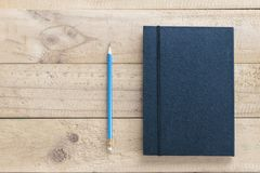 与黑皮革笔记本的笔 免版税图库摄影