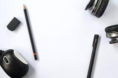 与黑笔的白色台式视图和铅笔、黑耳机和计算机老鼠 免版税库存图片