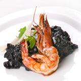 与黑色意大利面食的油煎的虾 免版税库存照片