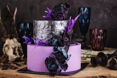 与黑花的有排列的蛋糕在黑暗的背景与万圣夜 免版税库存图片